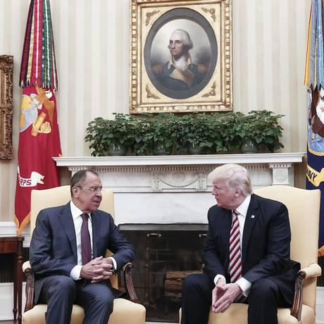 Trump e Lavrov se cumprimentam em encontro no Salão Oval Foto: AFP