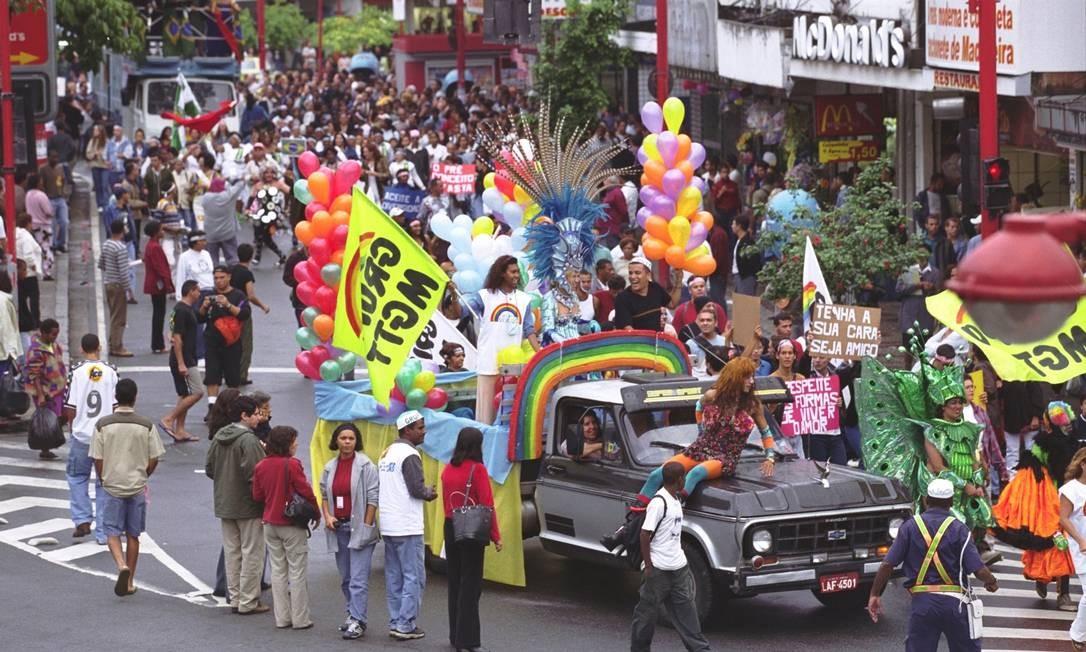 Carro decorado com arco-íris na parada gay de 28/06/2001, em Madureira Foto: Alaor Filho / Agência O Globo