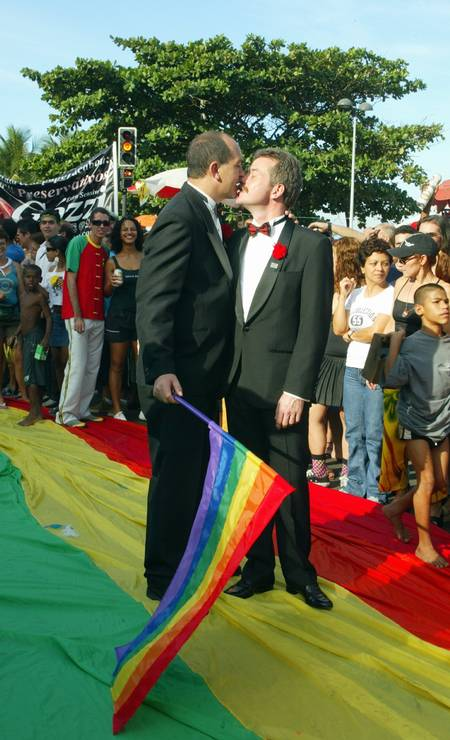 Toni Reis e David Harrad, primeiro casal gay a conseguir união oficial em cartório no Brasil, se beijam na parada gay de 2004 Foto: Camilla Maia / Agência O Globo