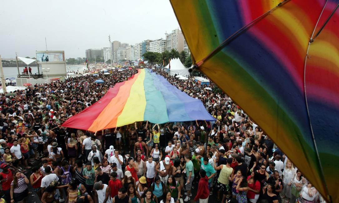 Público também bate a casa do milho na 14ª Parada do Orgulho LGBT em Copacabana, em 2009 Foto: Marcelo Piu / Agência O Globo