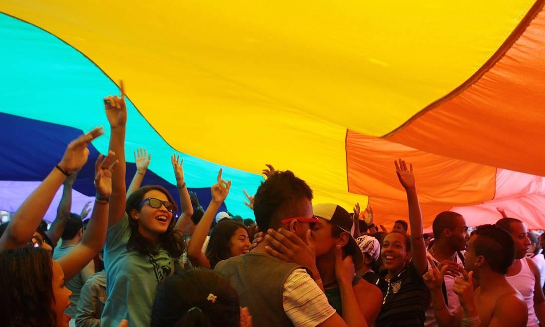 Em 2010, os participantes da parada invadiram a areia e fizeram um beijaço Foto: Pedro Kirilos / Agência O Globo