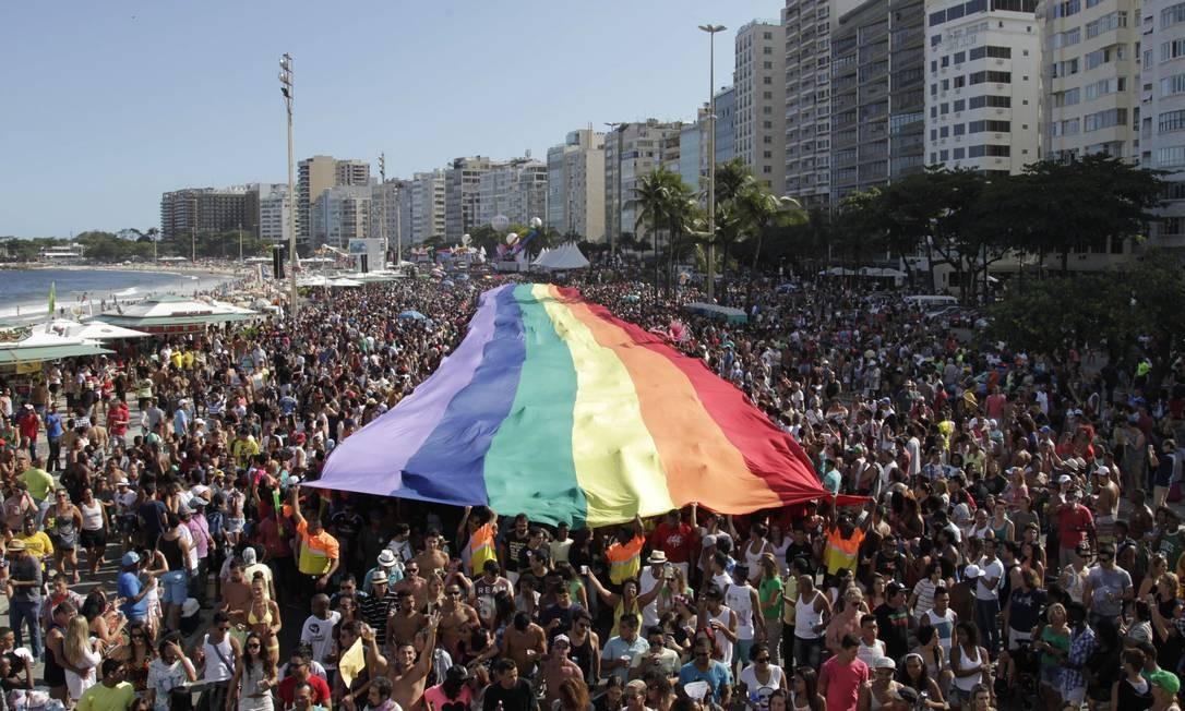 A tradicional bandeira do orgulho gay na Avenida Atlântica, em 2014 Foto: Gustavo Miranda / Agência O Globo