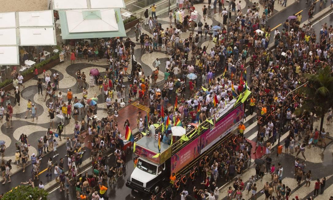 Em 2015 o desfile aconteceu embaixo de chuva em Copacabana Foto: Antônio Scorza / O Globo