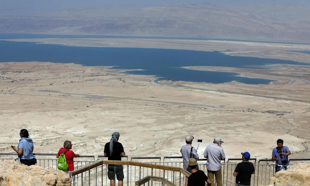 Turistas visitam o topo da Fortaleza de Massada, em Israel. O presidente dos Estados Unidos, Donald Trump, deverá discursar no local em sua primeira visita ao país desde que tomou posse em janeiro Foto: MENAHEM KAHANA / AFP