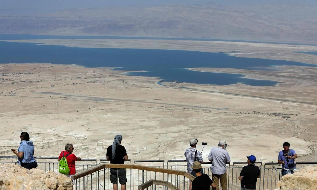 Turistas visitam o topo da Fortaleza de Massada, em Israel. O presidente dos Estados Unidos, Donald Trump, deverá discursar no local em sua primeira visita ao país desde que tomou posse em janeiro MENAHEM KAHANA / AFP