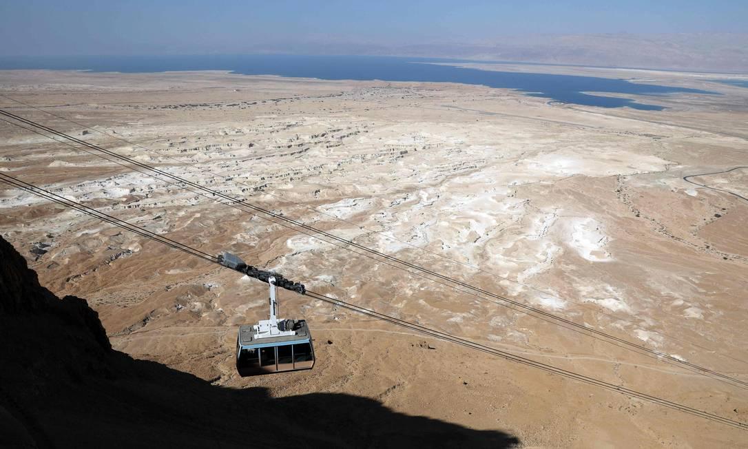 Durante sua visita na região, que acontece no dia 22 de maio, o presidente americano estará acompanhado do primeiro-ministro de Israel, Benjamin Netanyahu e precisará pegar o funicular até o topo da montanha. MENAHEM KAHANA / AFP