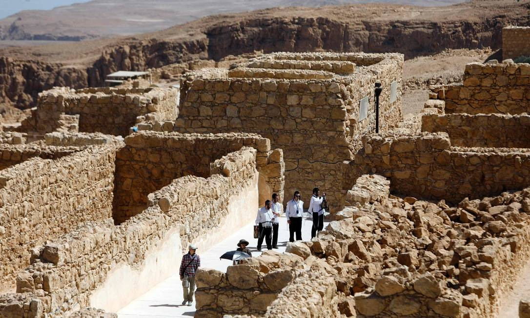 A Fortaleza de Massada foi construída pelo rei Herodes e ocupada por rebeldes judeus. Por lá, eles se defenderam do poderoso exército romano por meses. Quando parecia que os romanos iriam finalmente conquistar a fortaleza, centenas de rebeldes cometeram suicídio em vez de serem tomados prisioneiros Foto: MENAHEM KAHANA / AFP