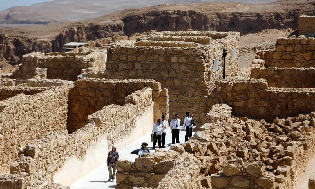 A Fortaleza de Massada foi construída pelo rei Herodes e ocupada por rebeldes judeus. Por lá, eles se defenderam do poderoso exército romano por meses. Quando parecia que os romanos iriam finalmente conquistar a fortaleza, centenas de rebeldes cometeram suicídio em vez de serem tomados prisioneiros MENAHEM KAHANA / AFP