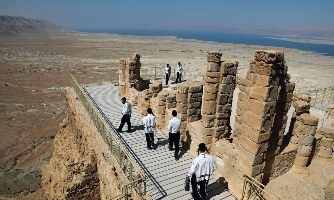 Judeus ultra ortodoxos visitam a fortaleza de Massada no último dia 15 de maio Foto: MENAHEM KAHANA / AFP