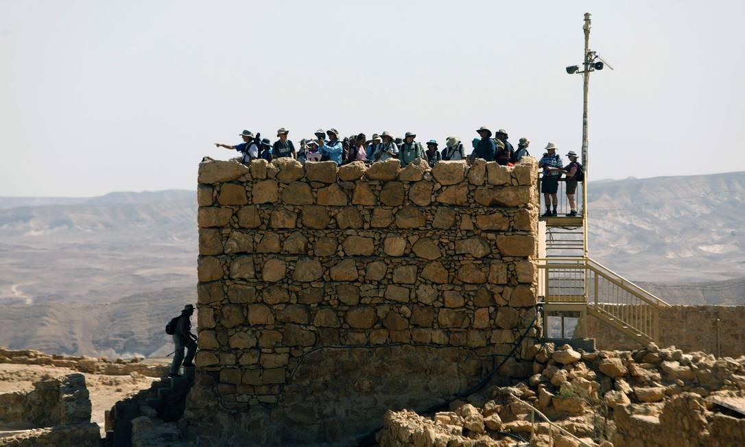 Dezenas de turistas aproveitam a vista da Fortaleza de Massada, de onde é possível ver o Mar Morto, para tirar fotos Foto: MENAHEM KAHANA / AFP