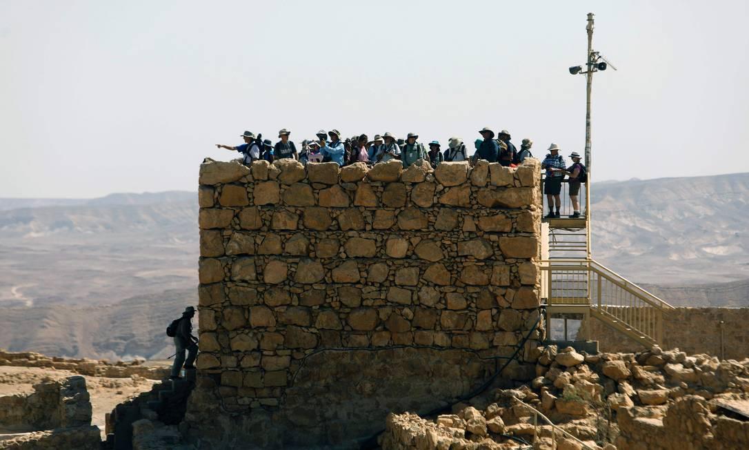 Dezenas de turistas aproveitam a vista da Fortaleza de Massada, de onde é possível ver o Mar Morto, para tirar fotos MENAHEM KAHANA / AFP