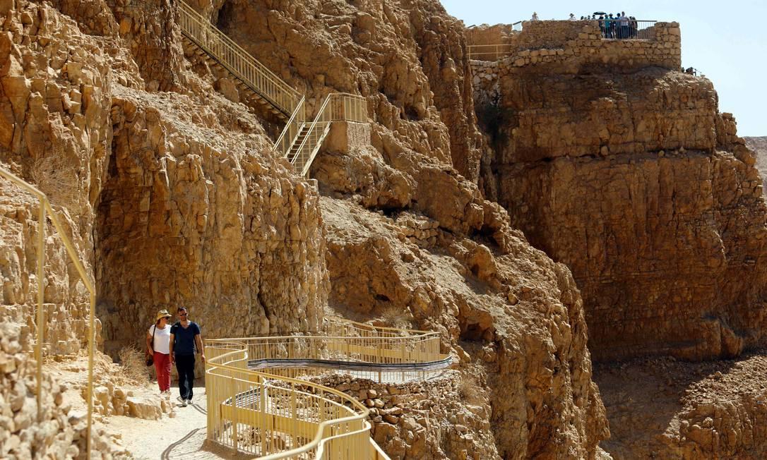 Os caminhos e escadas para se chegar ao topo da Fortaleza de Massada, que fica no deserto da Judeia Foto: MENAHEM KAHANA / AFP
