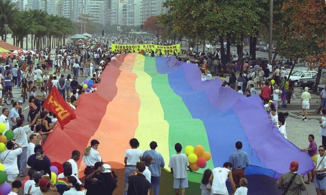 Marcha do orgulho gay que foi realizada no dia 20 de junho de 1997, em Copacabana. Durante o ato, os manifestantes carregaram uma bandeira de 10 metros Foto: Carlos Ivan / O Globo