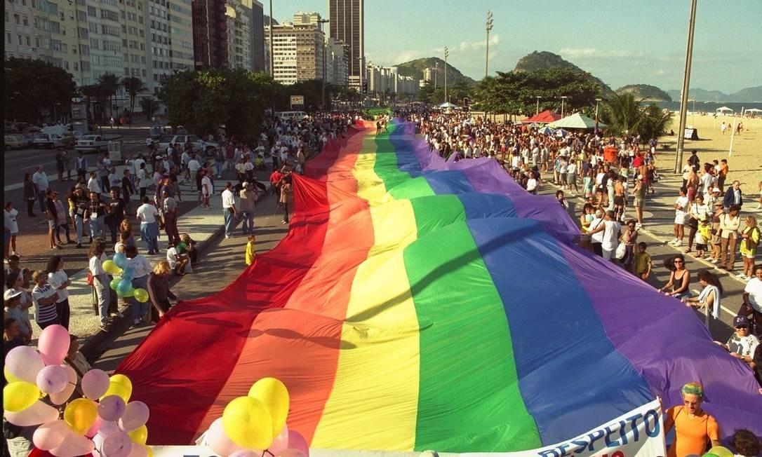 Bandeira gigante também fez parte da parada do orgulho gay realizada em 1998, em Copacabana Foto: Michel Filho / O Globo