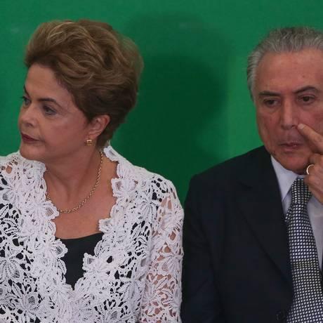 Dilma Rousseff e Michel Temer em cerimônia no Palácio do Planalto Foto: André Coelho/ Agência O Globo 05/10/2015
