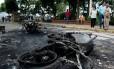 Manifestantes queimam motocicletas de policias em Palmira, na Venezuela