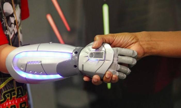 Braço impresso em 3D usa referências de super-heróis de Star Wars (com as luzes) para devolver habilidades a menino que teve o membro amputado Foto: Divulgação/OpenBionics