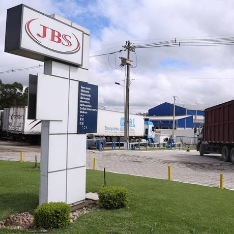 Linha de produção da JBS em Lapa, no Paraná Foto: André Coelho / Agência O Globo/21-03-2017