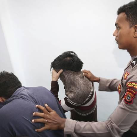 Dois homens são setenciados a receber 85 chibatadas por terem praticado relações sexuais Foto: Heri Juanda / AP