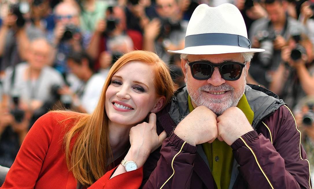 Jessica Chastain e Pedro Almodóvar na abertura do Festival de Cannes Foto: LOIC VENANCE / AFP