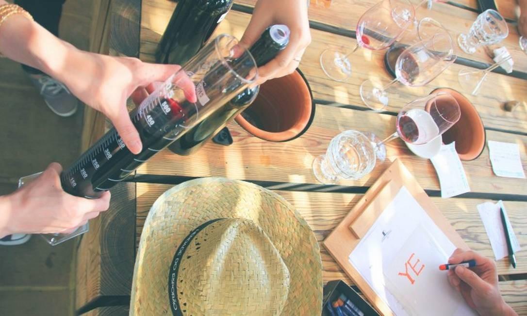 Visitantes colocam o paladar a prova na Herdade do Esporão Foto: Reprodução do site https://www.esporao.com/pt-pt/sobre/herdade-do-esporao/