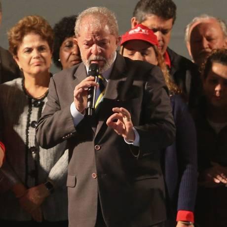 O ex-presidente Lula discursa em Curitiba, após prestar depoimento para o juiz Sergio Moro Foto: Geraldo Bubniak/Agência O Globo/10-05-2017