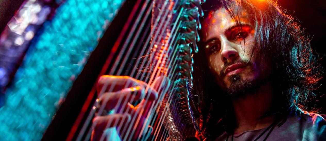 """""""Minha proposta é um pouco mais íntima com o som"""", diz o músico Athy Foto: Leo Martins / Agência O Globo"""
