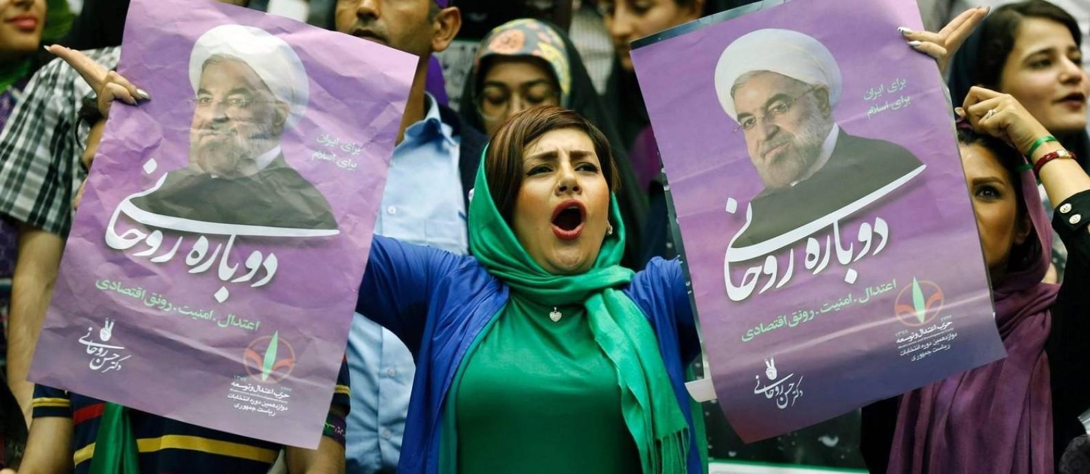 Novo tom. Apoiadora de Rouhani leva cartaz durante comício em Teerã: normalmente comedido, presidente mudou de estratégia nas redes e em discursos Foto: ATTA KENARE / AFP/13-5-2017