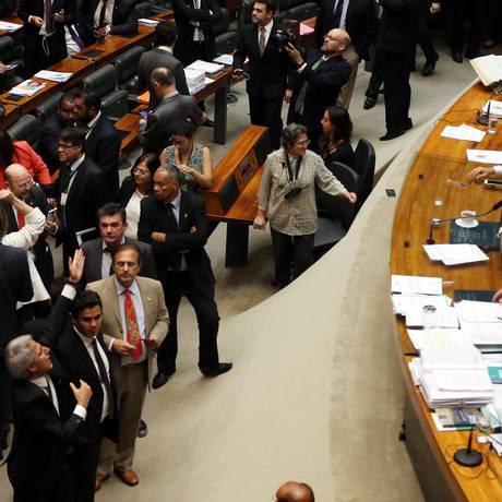 O deputado Alessandro Molon pede ao presidente da Câmara, Rodrigo Maia, para não encerra a sessão Foto: Givaldo Barbosa / Agência O Globo