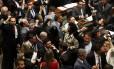 Parlamentares de oposição comemoram divulgação de denúncia contra o presidente Michel Temer