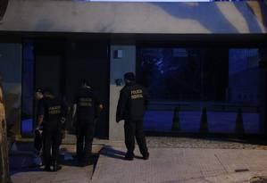 Agentes da PF chegam ao apartamento do senador Aécio Neves em BH Foto: Marcos Alves / O Globo
