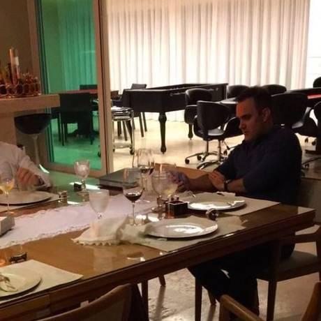 Willer Tomaz (à esquerda) e Ângelo Villela foram fotografados clandestinamente por Joesley Batista, na casa do advogado, numa das reuniões secretas Foto: Divulgação