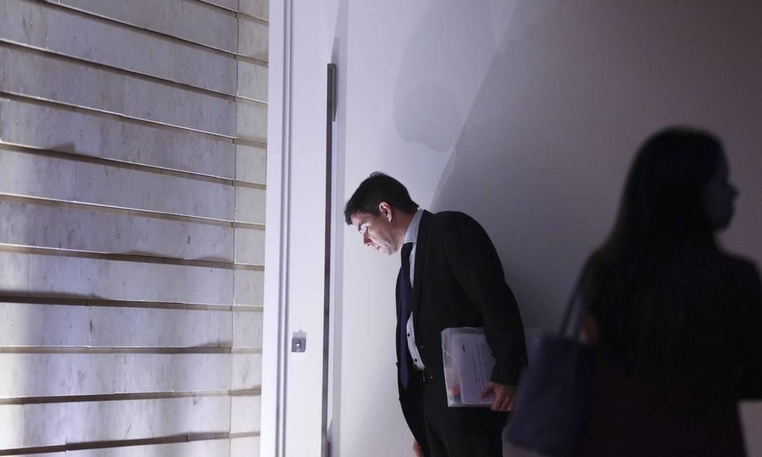 Operação da Polícia Federal (PF) fez buscas e apreensões em endereços ligados ao senador Aécio Neves e até em gabinetes no Congresso. Na foto, agente na casa do senador no Lago Sul, em Brasília Andre Coelho / O Globo