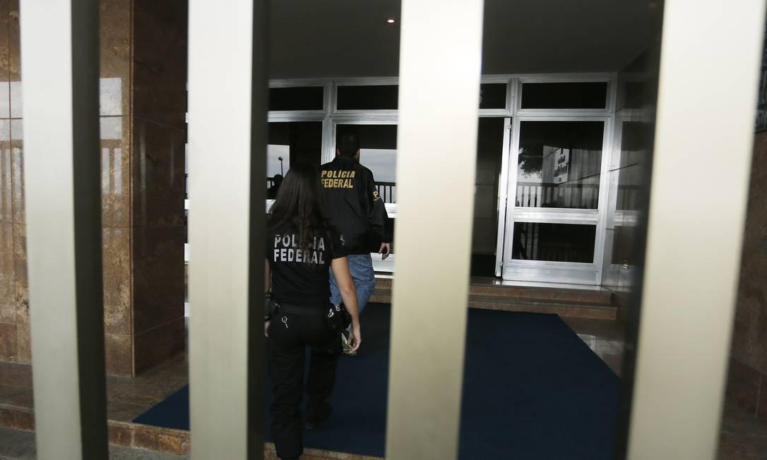 Polícia Federal chega a casa de Andréa Neves, irmã de Aécio, no Edifício Tancredo Neves, na Avenida Atlântica, Copacabana, Zona Sul do Rio Antonio Scorza / O Globo