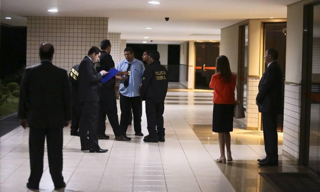 A Polícia Federal também mira no procurador da República Ângelo Goulart Vilella. Na foto, agentes na casa do procurador na Asa Norte, em Brasília Foto: Jorge William / O Globo