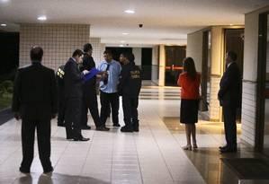 Operação da Polícia Federal faz buscas e apreensão na casa de Aécio Neves do de procurador da República, Ângelo Vilella. Na foto, agente na casa do procurador na Asa Norte. Foto: Jorge William / O Globo