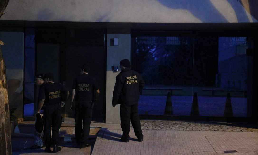 Agentes foram também ao endereço de Aécio em Belo Horizonte Foto: Marcos Alves / O Globo