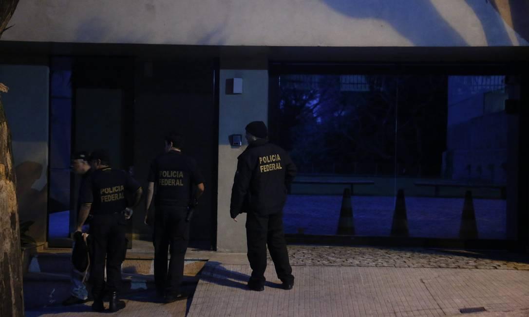 Agentes foram também ao endereço de Aécio em Belo Horizonte Marcos Alves / O Globo