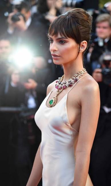 Este poderoso colar Bulgari foi a aposta da modelo Emily Ratajkowski ALBERTO PIZZOLI / AFP