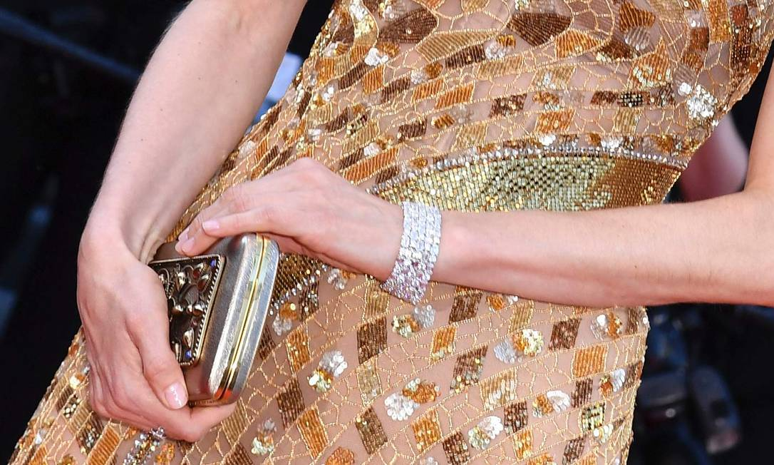 Ela usou ainda uma pulseira de diamantes que soma 103.89 quilates ALBERTO PIZZOLI / AFP