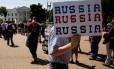 Manifestantes protestam contra demissão do diretor do FBI James Comey em frente à Casa Branca