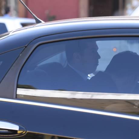 Ângelo Vilella (à direita) é conduzido pela Polícia Federal Foto: Jorge William / Agência O Globo