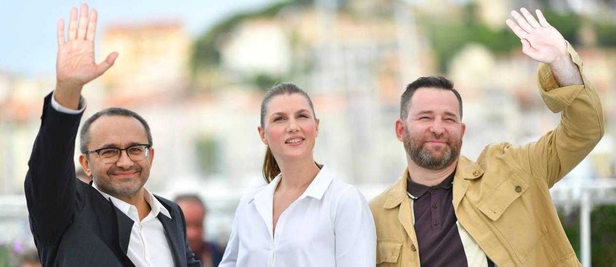 O diretor russo Andrey Zvyagintsev e os atores Maryana Spivak e Alexey Rozin em Cannes para promover o filme 'Loveless' Foto: LOIC VENANCE / AFP