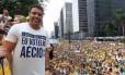 Ronaldo segura camisa em que se gaba do voto em Aécio