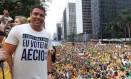 Ronaldo segura camisa em que se gaba do voto em Aécio Foto: Reprodução/Twitter