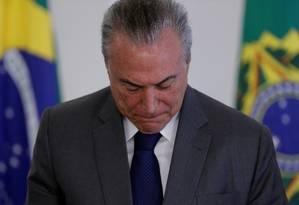 O presidente do Brasil, Michel Temer, olha para baixo durante uma cerimônia no Palácio do Planalto, em abril Foto: Ueslei Marcelino / REUTERS