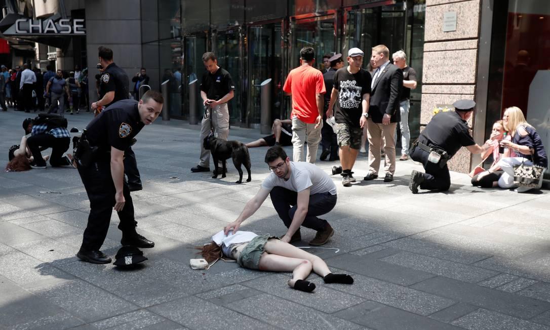 Um carro em alta velocidade atorpelou a multidão, matando uma pessoa e ferindo cerca de 20 na Times Square, em Nova York MIKE SEGAR / REUTERS