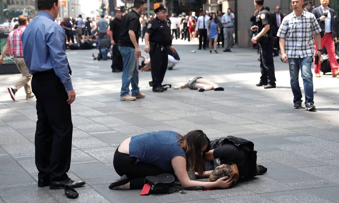 Os feridos aguardaram socorro na calçada MIKE SEGAR / REUTERS