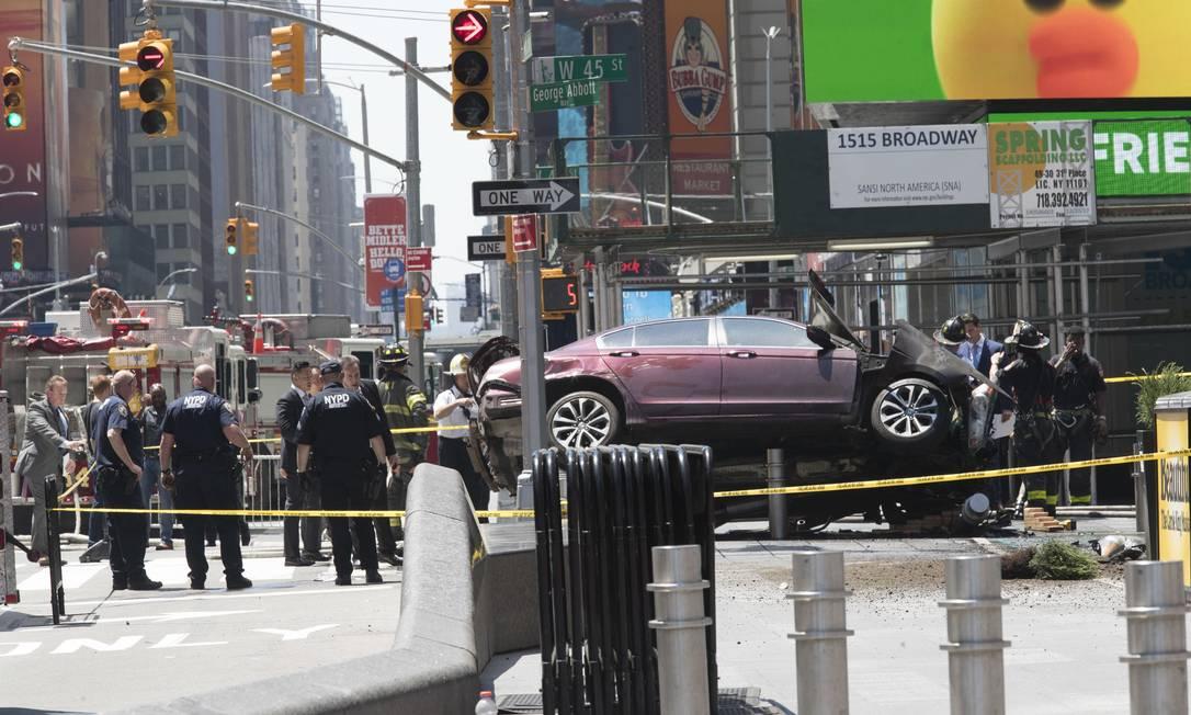 Após o carro colidir em um poste, o motorista tentou fugir, mas foi detido. Ele tem 26 anos e um histórico de dirigir embriagado Mary Altaffer / AP