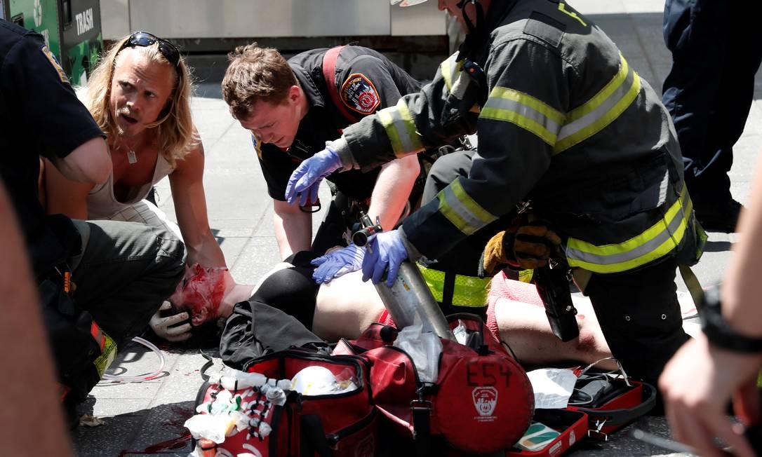 Segundo fontes no local, ao menos 10 pessoas estavam sendo atendidas na calçada da Times Square, um dos principais pontos da cidade MIKE SEGAR / REUTERS
